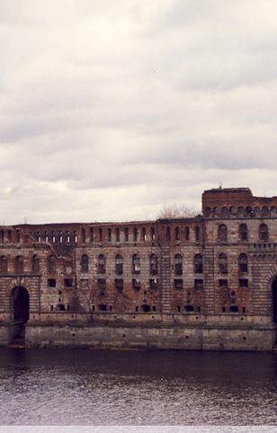 Władze Nowego Dworu Mazowieckiego miały nadzieję na nowe dzieje malowniczej ruiny. Tymczasem przed dziesięć lat nie stało się nic - nabywcy nie podjęli żadnych działań. Teraz sprawie przyjrzy się sąd (polska-org.pl)