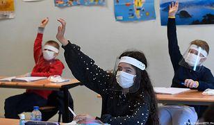Koronawirus a dzieci. Czy COVID-19 zagraża ich życiu? Raport naukowców