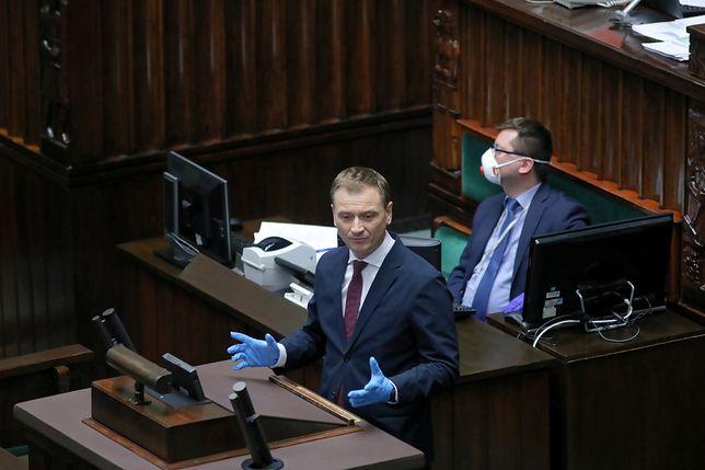 Koronawirus w Polsce. Sławomir Nitras pojawił się w Sejmie w rękawiczkach