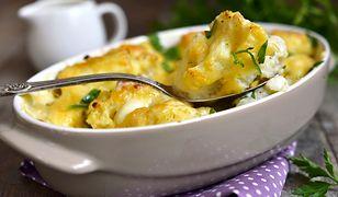 Kalafior zapiekany w sosie śmietanowo-serowym to świetny pomysł na smaczną kolację.