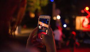 Nocne fotografowanie smartfonem ze stabilizacją obrazu daje świetne efekty