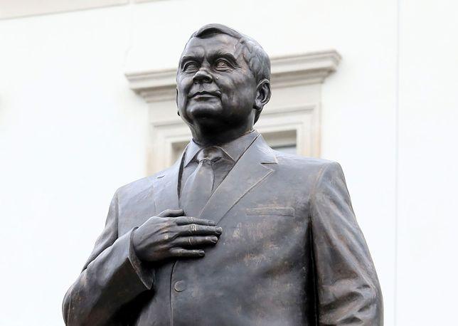 Budowa pomnika Lecha Kaczyńskiego przed siedzibą Garnizonu Warszawa na pl. Piłsudskiego. 7 listopada 2018 roku.
