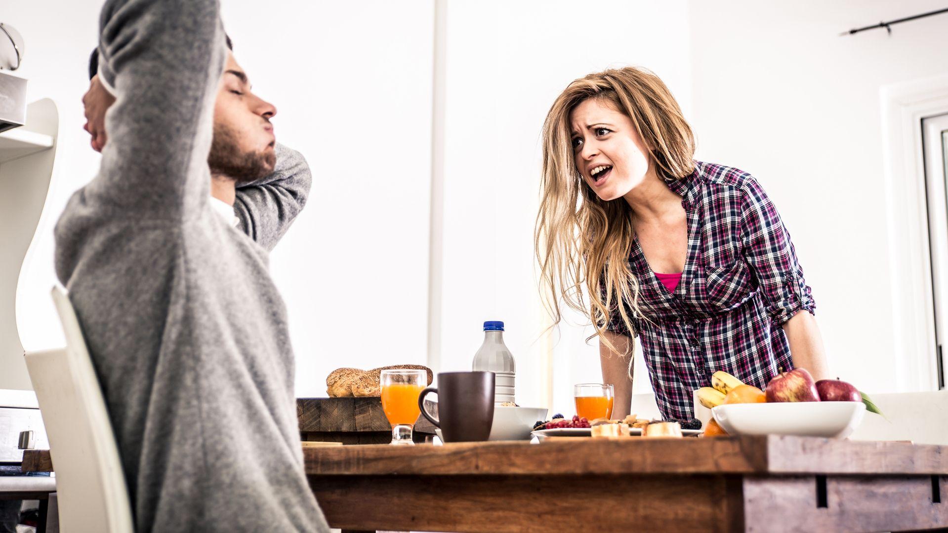 Uczucie osamotnienia w związku powoduje frustrację, narastający gniew często przeradza się w kłótnie (fot. oneinchpunch/Istockphoto)