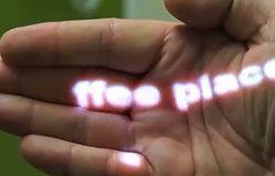 Naszyjnik - projektor pozwala otwierać e-maile machnięciem dłoni