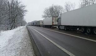 Kierowcy ciężarówek, którzy znaleźli opisywany pojazd poinformowali policję