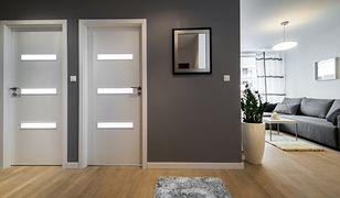 Jednym z podstawowych dylematów, które należy rozważyć, jest kierunek otwierania drzwi – do wewnątrz czy na zewnątrz.