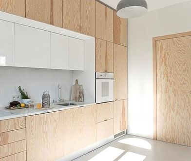 Oddzielenie kuchni drzwiami od pozostałych pomieszczeń rozwiązuje problem swobodnego rozprzestrzeniania się po domu zapachów gotowania.