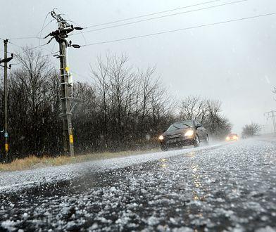 Nie zawsze lód na drodze jest widoczny, o czym przekonuje się coraz więcej kierowców