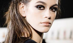 Smokey eyes, czyli idealny makijaż na randkę i elegancką kolację. Jak go wykonać w kilku krokach?
