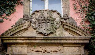Kartusze herbowe najlepiej widoczne są jesienią i zimą, kiedy ściany zamku nie są zakryte liśćmi