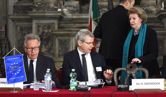 Przewodniczący komisji Gianni Buquicchio, sekretarz Thomas Market i pierwsza wiceprzewodnicząca Komisji Hanna Suchocka