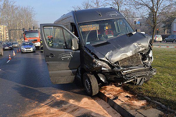 Osiem osób rannych w zderzeniu busa i auta osobowego w Krakowie