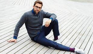 Klasyczny sweter tworzy z koszulą wygodny i elegancki zestaw do jeansów