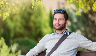 Klasyczny sweter tworzy z koszulą perfekcyjny zestaw dla niego