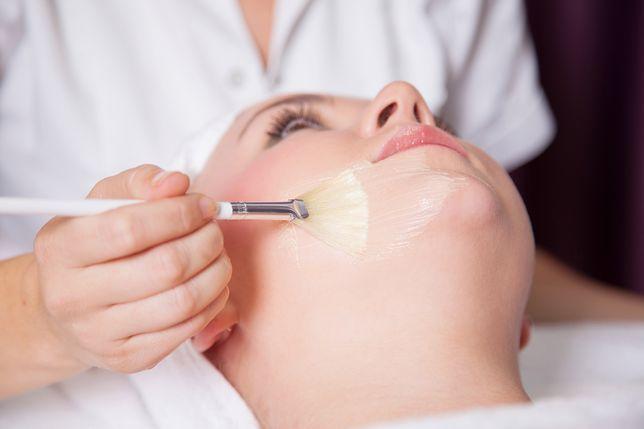 Oczyszczanie twarzy u kosmetyczki pomoże w walce z niedoskonałościami