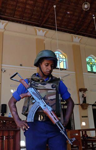 Żołnierz w jednym z kościołów zaatakowanych na Sri Lance