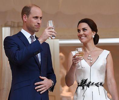 Uśmiechnięci Kate i William na balu w Łazienkach Królewskich. Księżna założyła kreację polskiej projektantki