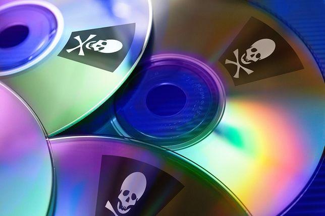 Choć dziś przybiera często formę nielegalnych kodów, a nie płyt, piractwo to ciągle ogromny problem.