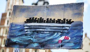 """Zdjęcie z manifestacji """"Uchodzcy mile widziani"""", która odbyła się w Krakowie w 2015 roku jako wyraz solidarności mieszkańców z uchodźcami"""