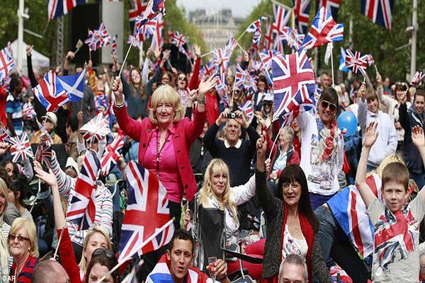 Brytyjczycy rozdają paszporty. Najazd imigrantów na Wyspy