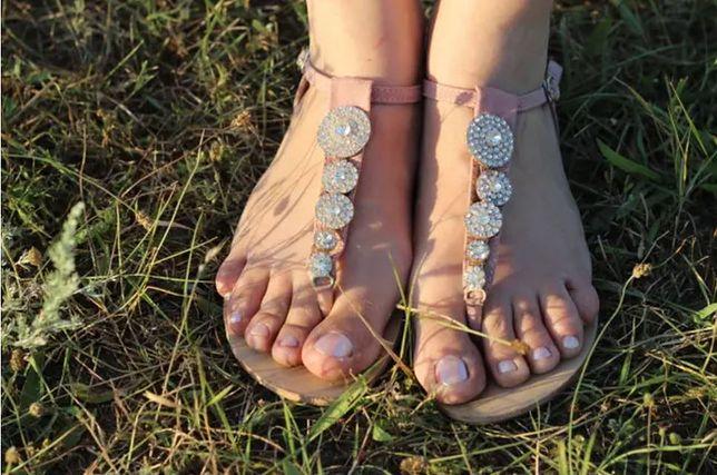 Co zrobić, gdy sandałki obcierają stopy? Wystarczy użyć popularnego kosmetyku