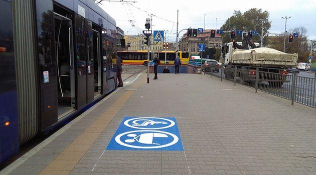 Wrocław testuje specjalne znaki przy przystankach. Mają one ułatwić korzystanie z komunikacji miejskiej m.in. osobom niepełnosprawnym.
