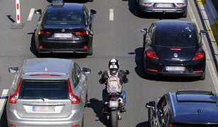 Jazda motocyklem w korku. Czy można omijać samochody?