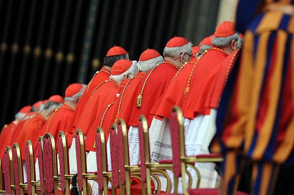 """""""L'Espresso"""": kardynałowie w Watykanie walczą o kontrolę nad finansami"""