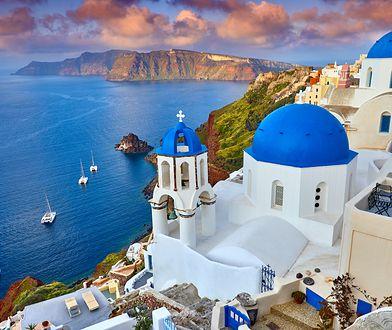 Znakiem charakterystycznym Santorini są biało-niebieskie domki