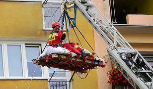 Mężczyznę ewakuowali z mieszkania strażacy (Autor fot: iswinoujscie)