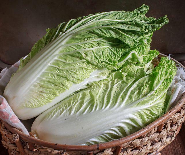 Kapusta pekińska, nazywana czasami po prostu pekinką, to warzywo, które przywędrowało do nas z Chin. Przepisy z kapustą pekińską