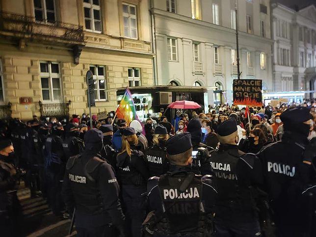 """Strajk Kobiet. """"Blokada Sejmu"""" otoczona przez setki policjantów"""