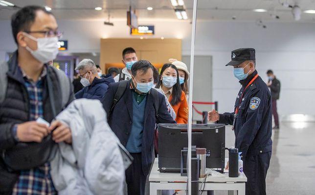 Podróżni przybywający z zagranicy będą poddawani testom analnym