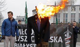 Bartosz Sokołowski podczas spalenia kukły Ryszarda Petru
