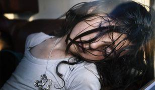 Młoda imigrantka z Syrii śpi w pociągu z Nis do Belgradu