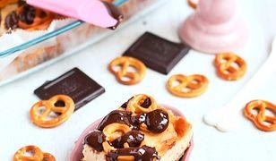 Sernik z masłem orzechowym precelkami i czekoladą. Pyszny słodko-słony wypiek
