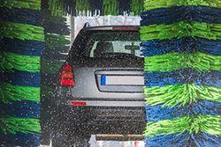 Jaka myjnia samochodowa najbardziej niszczy lakier?