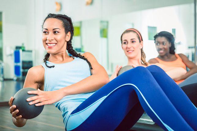 Russian Twist, czyli skuteczne ćwiczenie na mięśnie poprzeczne brzucha