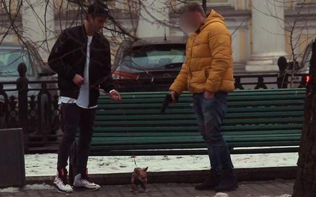 Zaoferował przechodniom pieniądze za zabicie psa. Jak zachowali się ludzie?