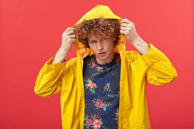 Kolorowe T-shirty w codziennych stylizacjach. Jak je nosić?