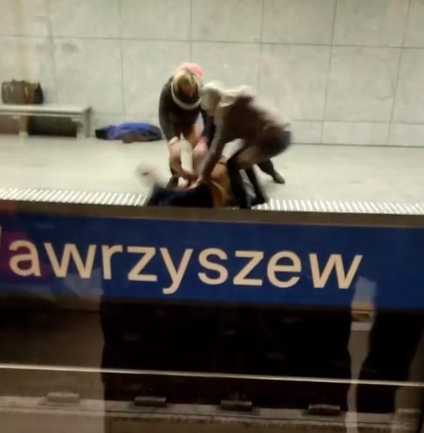 """Wskoczył na tory metra, był pod wpływem narkotyków. """"Bananowe dzieci się bawią"""""""