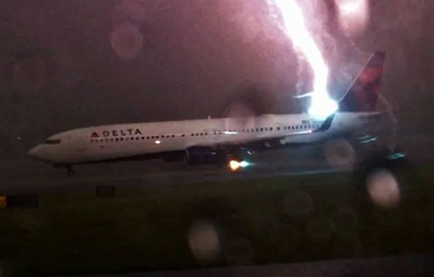 Piorun uderzył w samolot. Zdarzenie nagrał podróżny