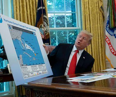 Donald Trump pokazuje aktywność huraganu na mapie Narodowej Służby Oceanicznej i Atmosferycznej z Alabamą dorysowaną markerem.