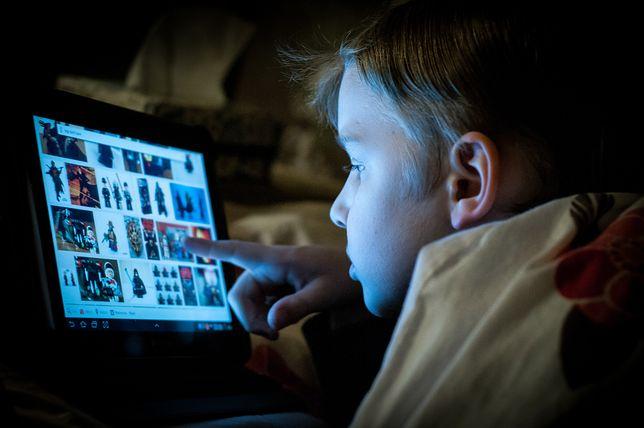 Wciskasz swojemu dziecku tablet? Nie bądź później zdziwiona, że je od niego uzależniłaś