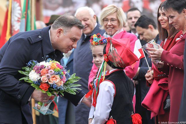 Andrzej Duda ociepla swój wizerunek. Robi selfie z dziećmi