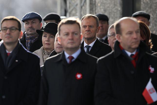Donald Tusk podczas uroczystej odprawy wart przed Grobem Nieznanego Żołnierza w Warszawie