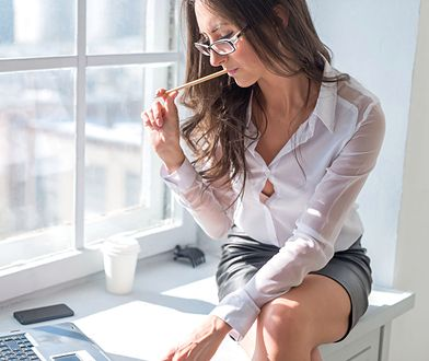Szorty, kapcie i wolny biust. Kobiety są masowo krytykowane za wygląd w pracy