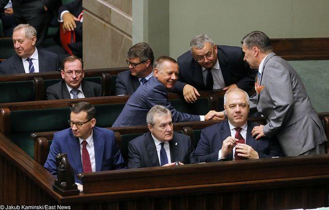 Marian Banaś przyjmuje gratulacje po wyborze na prezesa NIK.