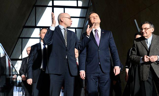 Dyrektor Dariusz Stola pokazujący Muzeum Polin prezydentowi Andrzejowi Dudzie