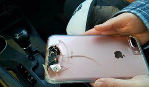 Fotografia pokazuje zniszczony telefon